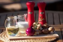 Na přípravu houbové omáčky budeme potřebovat: cibuli, máslo, hnědé žampiony a smetanu ke šlehání.