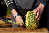 Čerstvý ananas okrájíme nožem, potom šikmo vykrojíme tvrdé zbytky. Ananas nakrájíme na stejně silné plátky. Vykrojíme tvrdé středy.