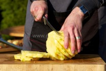Na krájení použijeme ostrý, nejlépe filetovací nůž.