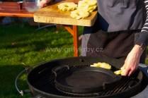 Plátky ananasu grilujeme přímo na roštu do chvíle než budou mít typické zlatohnědé mřížky.