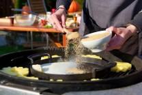 Do litinové pánve vložíme máslo a rozehřejeme, přidáme smetanu, hnědý cukr a skořici, opatrně svaříme na karamel.