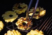 Plátky ananasu připravené již k sejmutí z grilu.