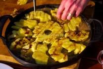 Do pánve s karamelem naskládáme plátky grilovaného ananasu a připravíme si těsto na zalití.