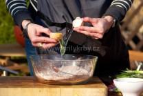 Do mísy nasypeme mouku, kypřící prášek do pečiva, cukr, kakao a vanilkový cukr. Promícháme všechny sypké suroviny a postupně začneme přidávat další přísady.