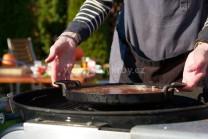 Koláč pečeme pod poklopem, občas zkontrolujeme. Žhavé brikety rozhrneme ke stranám grilu, jinak by se mohl koláč připálit.