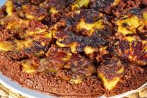 Ananasový koláč podáváme teplý i studený, doplněný kopečkem šlehané smetany.