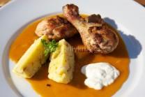Kuře na paprice podáváme s houskovým knedlíkem. Celý pokrm byl připraven na grilech Weber One-Touch a Performer . Na talíři dozdobíme zelenou petrželkou, můžeme přidat lžíci zakysané smetany.