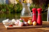 Na přípravu kuřete na paprice si připravíme kuřecí paličky, sůl, pepř, sladkou mletou papriku, sádlo, vývar, hladkou mouku trochu oleje, cibuli. Na houskové knedlíky starší rohlíky, mléko, mouku, vejce a sůl.