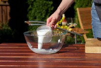 Uvařit knedlík na grilu není zase nic tak složitého, jak se může na první pohled zdát. Potřebujeme mouku, kypřící prášek do pečiva, sůl, starší rohlíky, vejce a mléko či vlažnou vodu.