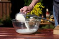Do větší mísy vlijeme mléko, přisypeme mouku smíchanou předem s kypřícím práškem do pečiva a trochou soli. Prášek je nutné do mouky zamíchat dopředu, aby nám při přisypání do mléka rychle nevzkypěl prášek. Knedlíky by byly tuhé.
