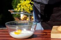 Do mísy s moukou a mlékem rozklepneme potřebný počet vajec. Můžeme promíchat vařečkou nebo ručním hnětačem. Vypracujeme řidší těsto.