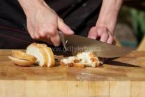 Jeden nebo dva dny staré housky či rohlíky nakrájíme na stejnoměrné kostičky. Pro vylepšení můžeme kostičky před vmícháním do těsta osmažit na másle.