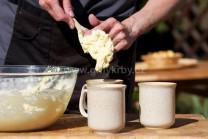 Abychom neměli těsto všude, použijeme k plnění do hrnečků polévkovou lžíci nebo vařečku.