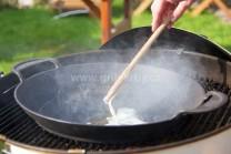 Litinovou pánev BBQ weber wok vložíme do středu grilu Weber One-Touch premium Gourmet. Do pánve vložíme sádlo a necháme rozpálit.