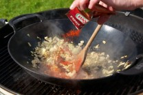 Usmaženou cibulku zasypeme sladkou mletou paprikou  a opatrně prohřejeme. Paprika se velmi rychle přepaluje, dáme pozor, aby nám nezhořkla. Teplotu grilu můžeme snížit.