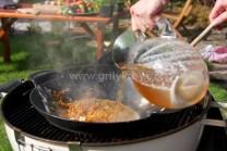 Studený vývar vléváme  velmi opatrně, aby nás neopařila pára z woku. Omáčku důkladně promícháme, nesmí v ní zůstat žmolky. Necháme za častého probublávání provařit alespoň 20 minut. Vložíme kuřecí paličky a společně provaříme.