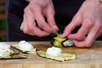Na vychladlé plátky cukety klademe kávovou lžičkou sýrovou náplň, dbáme na to, aby nám při rolování nevytékala. Hotové závitky spíchneme párátky.