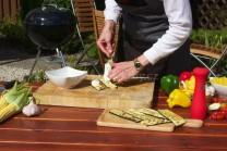 Plátky cukety na závitky musí být zcela vychladlé, jinak by nám náplň vytékala. Na jednom plátku vyzkoušíme, jak velkou porci ochuceného sýra je možné zabalit do plátku, aniž by vytékal z boků.