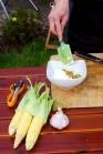 V misce smícháme tvarohový sýr se zakysanou smetanou, jemně nasekanými olivami, bylinkami. Můžeme podle chuti dosolit a dopepřit. Pro obměnu můžeme do náplně přidat i strouhaný tvrdý sýr.