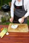 Při přípravě náplně vezmeme malou misku, do které vložíme sýr, zakysanou smetanu , bylinky,  osolíme a dle chuti opepříme. Přisypeme nadrobno nasekané olivy.