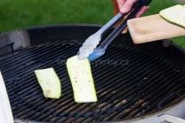 Plátky cukety klademe s použitím grilovacího náčiní Weber Style na rozpálený rošt kotlového grilu. Otáčením o 180 stupňů se nám na plátcích vytvoří pěkné opečené mřížky.