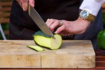 Cuketu nakrájíme na plátky ne silnější než 0,5 cm. Dbáme na to, aby byly plátky stejné. Budou se i stejně dlouho grilovat.