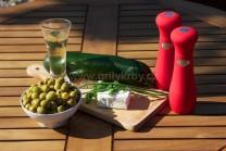 U závitků z cukety potřebujeme cukety, tvarohový sýr, zakysanou smetanu zelené olivy s papričkou, olivový olej, sůl a pepř. U náplně můžeme použít sýr s bylinkami nebo bez příchuti, ochucený vlastními výpěstky ze zahrádky.