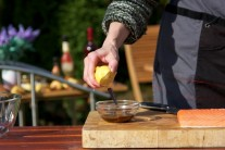 V malé misce smícháme sojovou omáčku, hrubozrnnou hořčici, šťávu z citronu a rozpuštěné máslo. Řádně promícháme na hladkou hmotu, kterou budeme potírat filet.