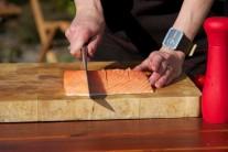 Očištěný filet z lososa očistíme a odstraníme zbylé kosti. Rybu stejnoměrně nakrojíme na 8 stejných dílů, dáme pozor, abychom neprokrojili kůži.
