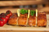 Uzeného lososa sejmeme z grilu, přeložíme na nahřátý talíř nebo čisté prkénko. Servírujeme s pečivem, citronem a zeleninovou oblohou.