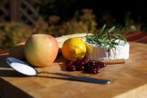 Připravíme si kozí camembert, jablko, čerstvé nebo sušené brusinky, skořici, cukr, citronovou šťávu, rozmarýn.