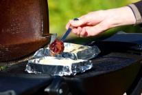 Na správně rozehřátý sýr přidáme brusinky.