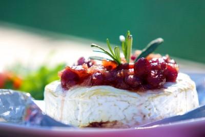 Grilovaný camembert s brusinkami a rozmarýnem