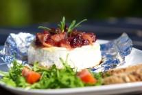 Grilovaný camembert podáváme s čerstvou zeleninou a rozpečenou bagetkou.