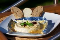 Grilovaný camembert podáváme s čerstvou zeleninou a bagetou.