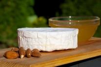 Připravíme si kozí sýr camembert, med, mandlové plátky, bagetu a alobal na vytvoření zapékací mísky.