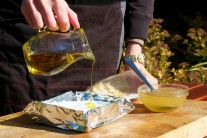 Poté jej zalijeme troškou olivového oleje.