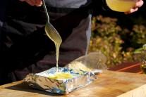 Sýr polijeme jednou lžící medu a posypeme jej mandlemi.