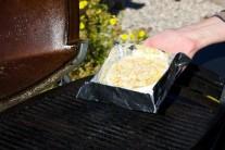 Camembert v zapékací misce položíme na rozpálený rošt.