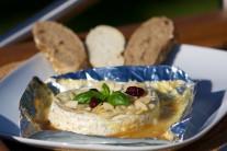 Sýr můžeme ještě dozdobit lístky čerstvé bazalky.