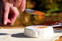 Sýr posypeme kořením...