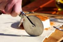 Odkrojíme přebytečnou část listového těsta.
