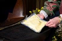 Hermelín v listovém těstě položíme na alobal a dáme grilovat na rozpálený rošt.