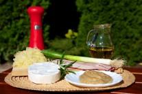 Připravíme si hermelín, slaninu, lístky šalvěje, celozrnou hořčici, kysané zelí, jarní cibulku, slunečnicový olej, provázek a alobal.