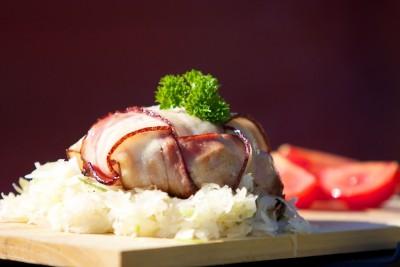 Hermelín grilovaný ve slanině