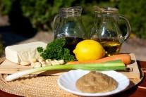 Připravíme si tofu, sojovou omáčku, olivový olej, červené papriky, hořčici, kari, mrkev, citronovou šťávu, cukr, kešu oříšky, jarní cibulku, zelenou petrželku.