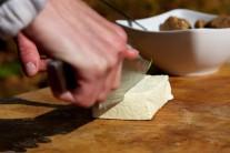 Tofu nakrájíme na větší kousky.