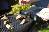 Tofu grilujeme nepřímou metodou tak dlouho, dokud se na povrchu nevytvoří tvrdá kůrka.