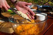 Do salátu přidáme kešu oříšky a jarní cibulku.