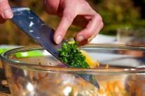 Salát dozdobíme petrželkou.